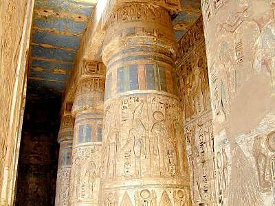 Le peuple de Aad, bâtisseur de l'Égypte ? Medinet_Habu,_colonnes_colorees_tb_n110600