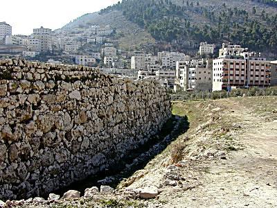 Mur de l'âge du Bronze Moyen à Sichem